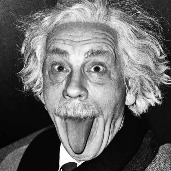 John Malkovitz como Albert Einstein en la imperecedera imagen registrada por Arthur Sasse en 1951.