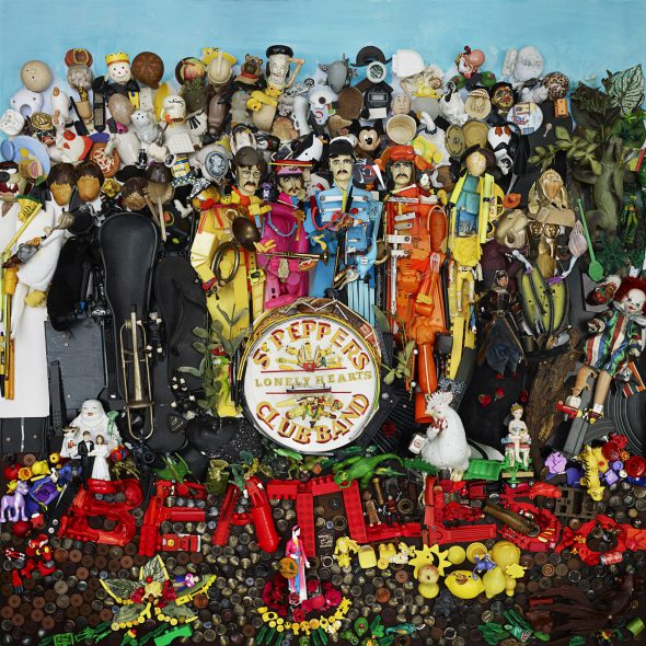 Portada de 'Sgt. Pepper's Lonely Hearts Club Band' de The Beatles realizada con basura por