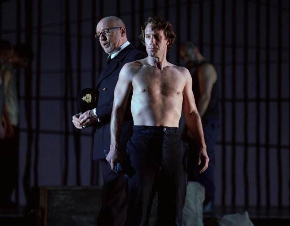 El bajo Brindley Sherratt en el papel de John Claggart y el barítono Jacques Imbrailo, con el torso desnudo, interpreta a Billy Budd. Foto: Javier del Real.