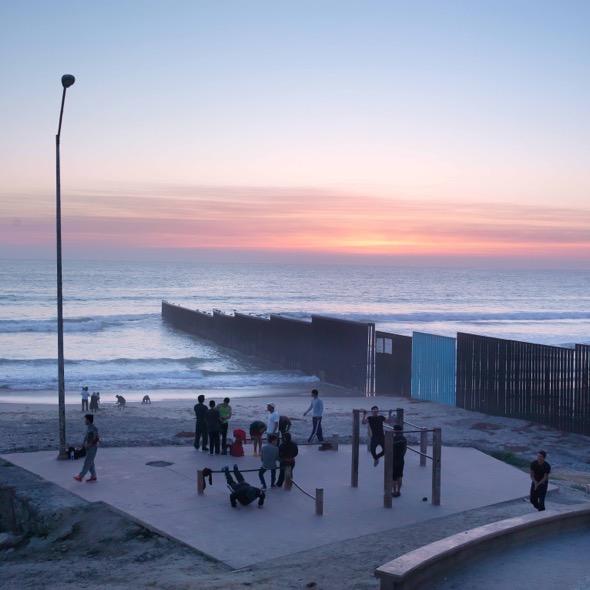La playa de Tijuana con el muro que divide Mexico y los EEUU. La frontera se mete en el mar. Hay un pequeño parque donde la gente hace pesas por las tardes. Foto: Ana Nance.