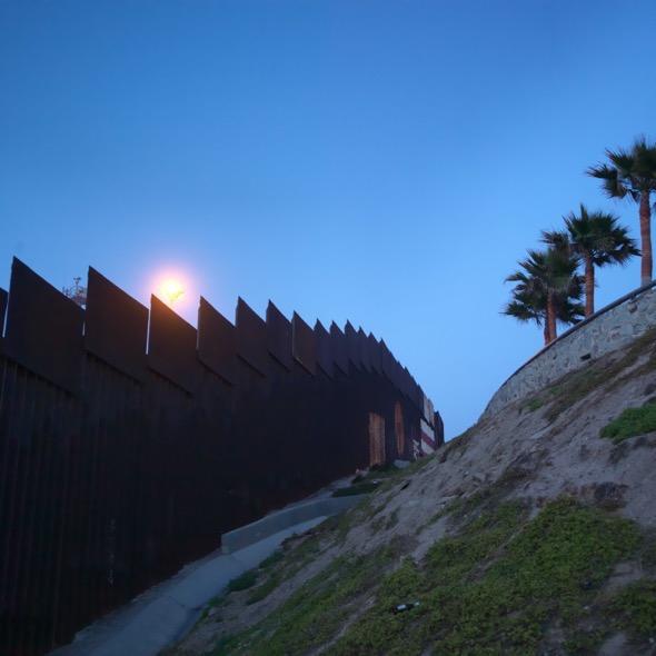 El muro que separa Estados Unidos de México en Tijuana. Foto: Ana Nance.