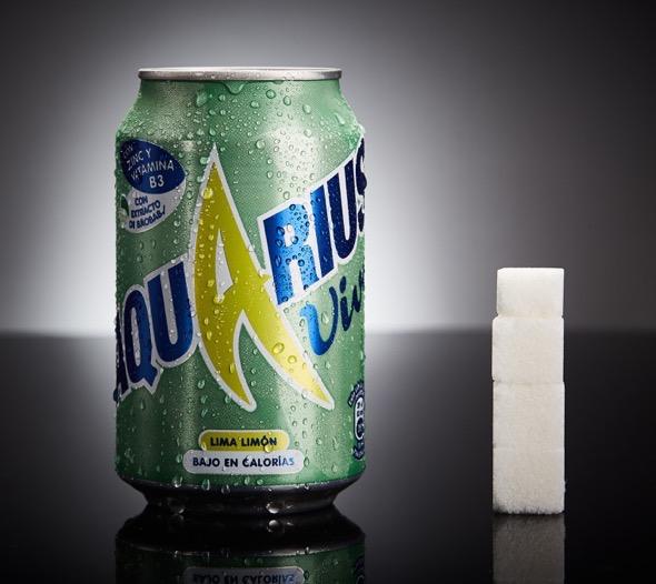Una lata de Aquarius Vive tiene 14g de azúcares, equivalente a 3,5 terrones.