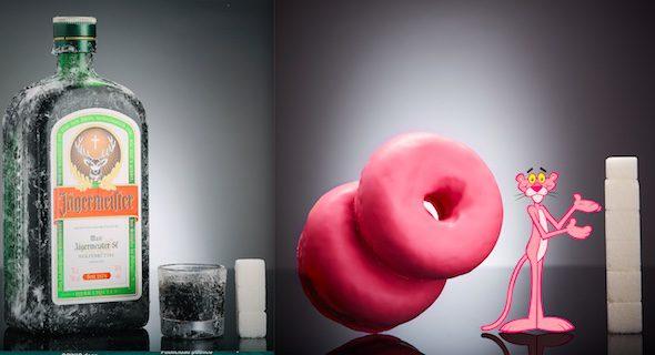 A la izquierda, un chupito de Jägermeister que contiene 12g de azúcar, equivalente a 3 terrones. A la derecha. 2 Donuts Pantera Rosa (110g) contienen 23,1g de azúcares, equivalente a 5,77 terrones.
