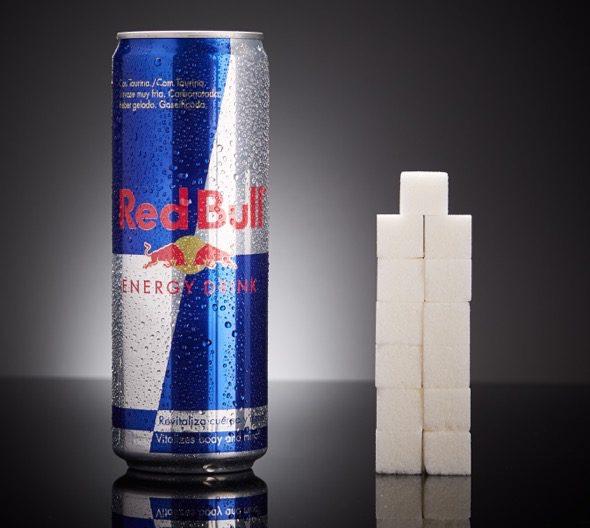 Una lata de 473ml de Red Bull contiene 52g de azúcar, equivalente a 13 terrones.