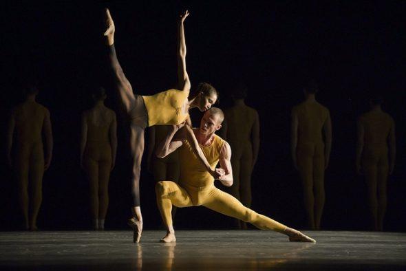 La obra 'Artifact suite' de William Forsythe interpretada por la CND. Foto: Jesús Vallinas