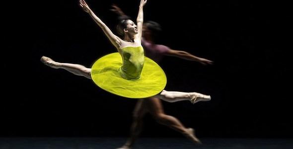 Un momento de la coreografía 'The Vertiginous Thrill of Exactitude' de William Forsythe intrepretado por la Compañía Nacional de Danza. Foto: Jesús Vallinas.