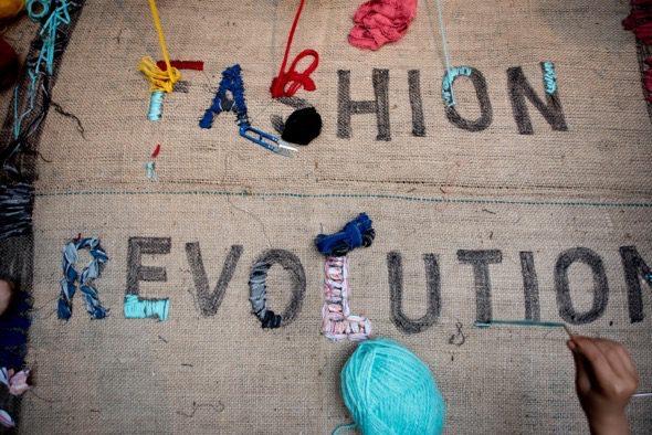 Semana de la Ropa Limpia. Un bordado del lema de Fashion Revolution.