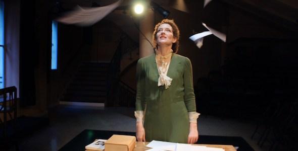 La actriz Clara Sanchis interpreta a Virginia Wolf en 'Una habitación propia' en el Teatro Español.