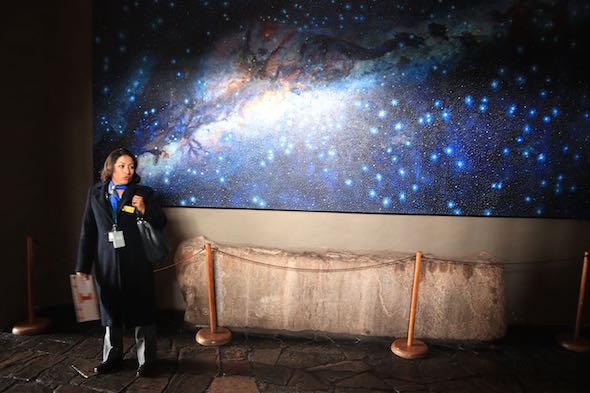 Marisol Velazco en Cuzco frente a un panel de estrellas.