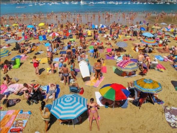 La playa de la Concha en San Sebastián abarrotada en verano. Foto: Manuel Cuéllar.