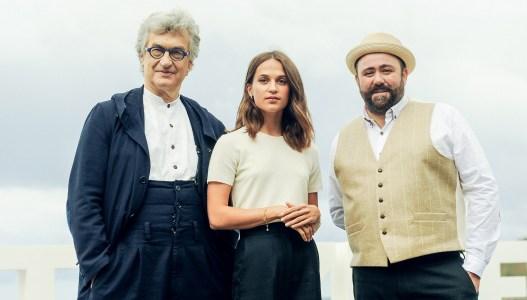 Wim Wenders, Alicia Vikander y Celyn Jones en San Sebastián. Foto: Gari Garaialde