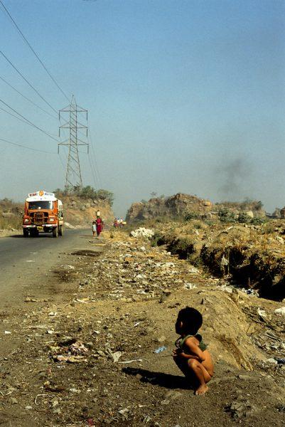 El suelo es su casa, su baño y su alimento, que a veces encuentra entre la basura. Bombay (la India). Foto: Victoria Iglesias.