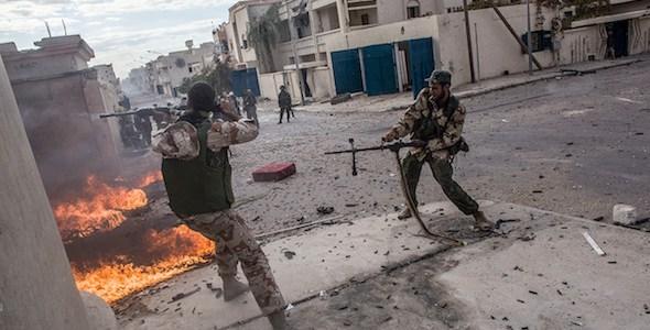Combatientes rebeldes disparan sus ametralladoras contra las posiciones del Ejército libio en Sirte, Libia, 2011. Foto: Manu Brabo.