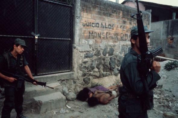 Susan Meiselas. El Salvador. 1982. Interrogatorio de una pareja. Foto: Susan Meiselas / Magnum Photos, 2017.