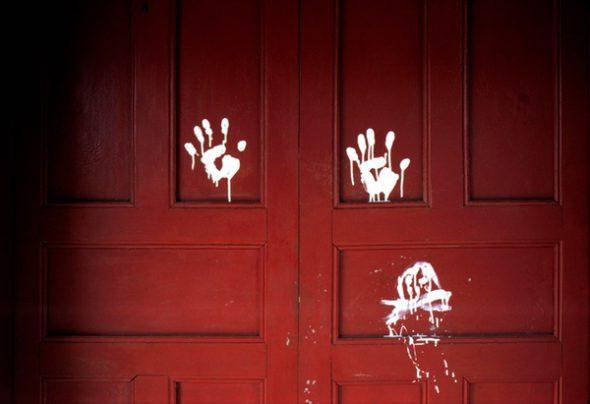 """Susan Meiselas. El Salvador. Arcatao, provincia de Chalatenango 1980. """"Mano blanca,"""" firma de los escuadrones de la muerte dejada en las puertas para organizar asesinatos de campesinos. Foto: Susan Meiselas / Magnum Photos"""