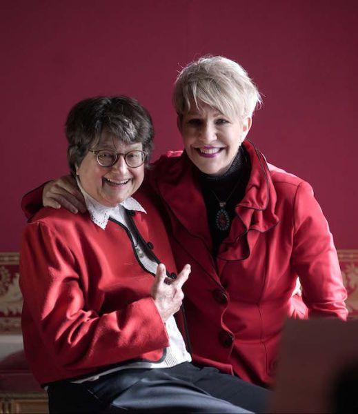 La hermana Helen Prejean con la mezzosoprano Joyce DiDonato que interpretará a su personaje en la ópera Dead man walkinkg en el Teatro Real. Foto: Javier del Real.