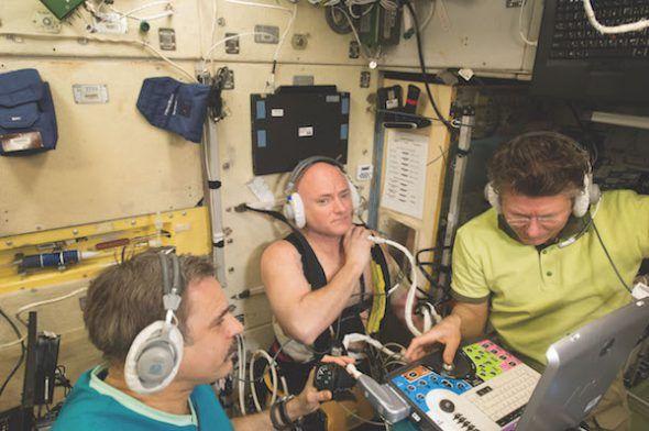Scott Kelly participando en un experimento en la Estación Espacial Internacional.