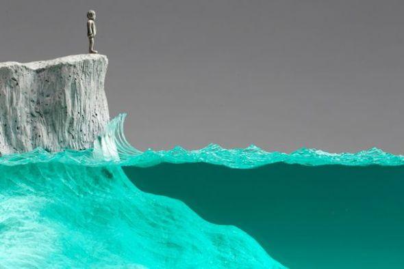 Detalle de la escultura 'El observador' de Ben Young en la que el mar se ha realizado con vidrio flotado.