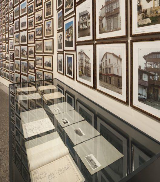 Galería de casas sumergidas por los pantanos en la exposición del MUSAC.