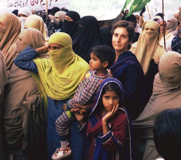 La periodista Ángeles Espinosa rodeada de mujeres árabes.