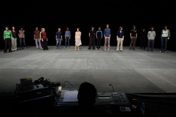 El dj y los 'bailarines' al fondo en The show must go on de Jèrôme Bel. Foto de Riccardo Musacchio & Flavio Ianniello.