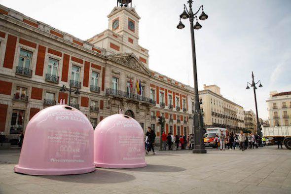 Contenedores de vidrio rosa para la campaña 'Recicla vidrio por ellas' para apoyar la lucha contra el cáncer de mama.
