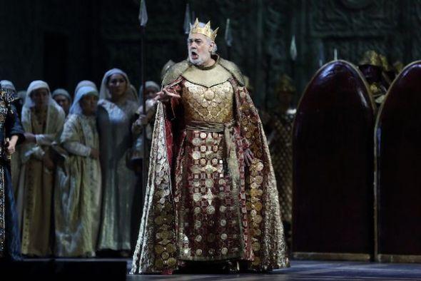Plácido Domingo con el vestuario para 'Nabucco' de Verdi en Beijin.