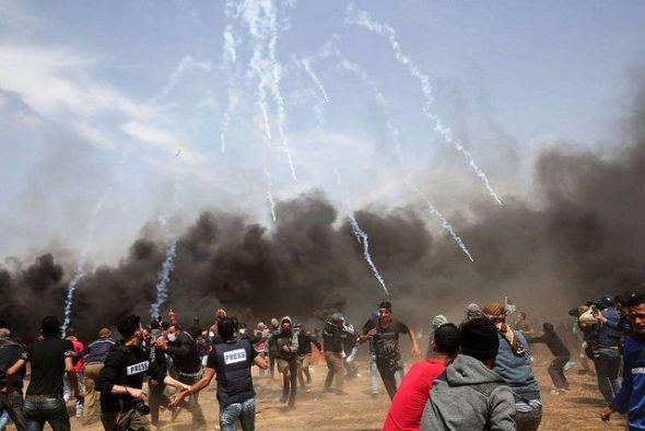 Manifestantes palestinos huyen del gas lacrimógeno disparado por las fuerzas de seguridad israelíes cerca de la ciudad de Khan Yunis, en la franja de Gaza, durante el quinto viernes consecutivo de manifestaciones masivas y enfrentamientos en la frontera entre Gaza e Israel. SAID KHATIB AFP Creative Commons