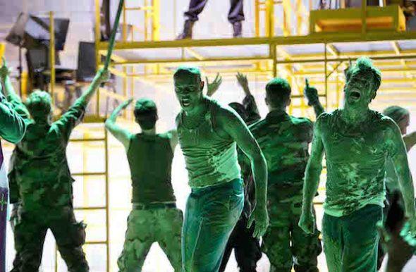 Una escena del primer acto de Die soldaten. Foto: Monika Rittershaus.