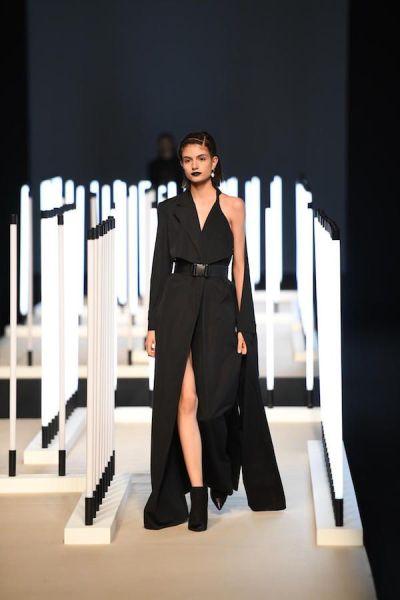 Una de las creaciones de Juanjo Oliva realizadas en colaboración con Ecoembes y presentadas en la Semana de la Moda de Madrid.