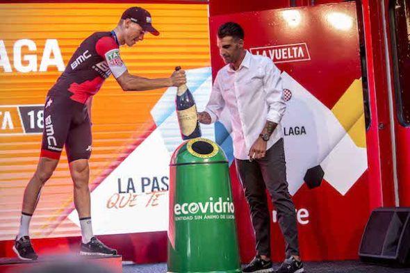 El ciclista Óscar Pereiro, a la derecha, ha sido un año más el embajador de la campaña 'Pedalea y recicla vidrio'. El ganador de cada etapa deposita en un iglú verde la botella con la que ha celebrado su victoria.