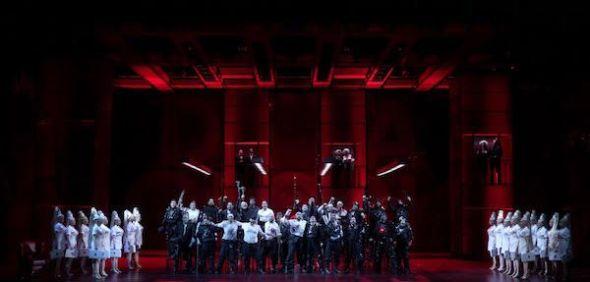El coro del Teatro Real en una escena de 'Faust'. Foto: Javier del Real