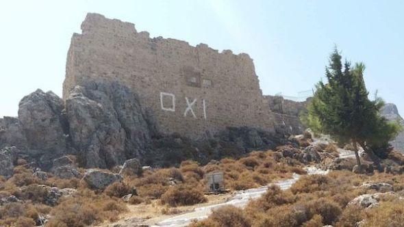 En Rodas aún pueden encontrarse pintadas con el No a los planes de la Troika, como esta, en la acrópolis de Archangelos.