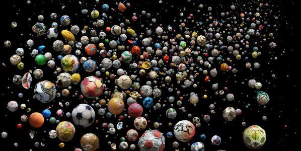 Penalty se compone de 769 desechos plásticos marinos. Son pelotas de fútbol de goma o trozos de estas. Los desechos fueron recogidos en 41 países e islas de todo el mundo. Concretamente de 144 playas diferentes en tan solo 4 mese. Foto: Mandy Barker.