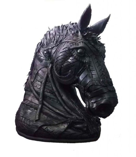 Cabeza de Caballo a tamaño natural, una de las siete esculturas hechas con neumáticos que pueden verse en Mad is Mad.