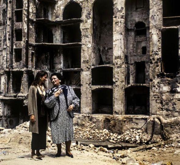 Montserrat Caballé y su hija en las ruinas del Liceu de Barcelona tras el incendio que arrasó el teatro en 1994. Foto: Victoria Iglesias.