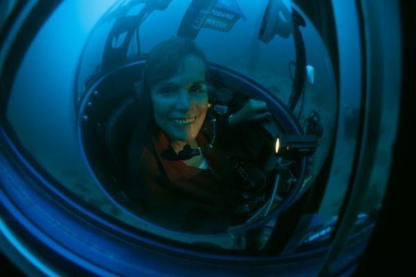 La fotógrafa Sylvia Earle se prepara para sumergirse en las profundidades. Foto: Kip F. Evans.