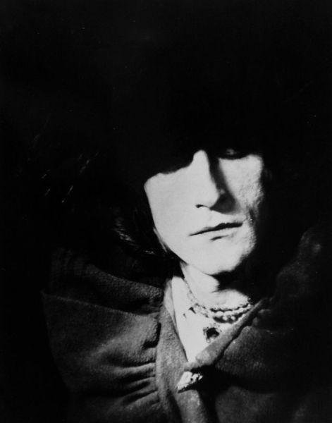 Retrato de Rrose Sélavy en 1921. © Man Ray Trust, VEGAP, Madrid, 2019.