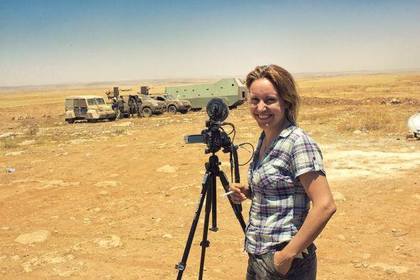 La directora Alba Sotorra sobre el terreno durante el rodaje de 'Commander Arian'.