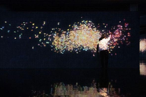 teamLab, Flutter of Butterflies Beyond Borders, Ephemeral Life born in Au-delà des limites, 2018, instalación en La Villette, París. © teamLab, cortesía de Pace Gallery.