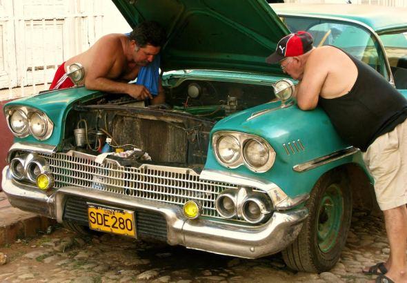 Los antiguos Chevrolets de colores pastel son una de las imágenes más pintorescas en Cuba. Sus dueños los tratan como tesoros. Foto: Ana Esteban