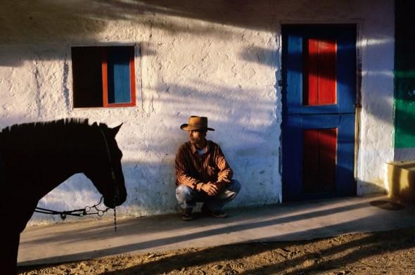 Un cosechador de café espera por sus trabajadores. La Esperanza. Colombia, 2004.