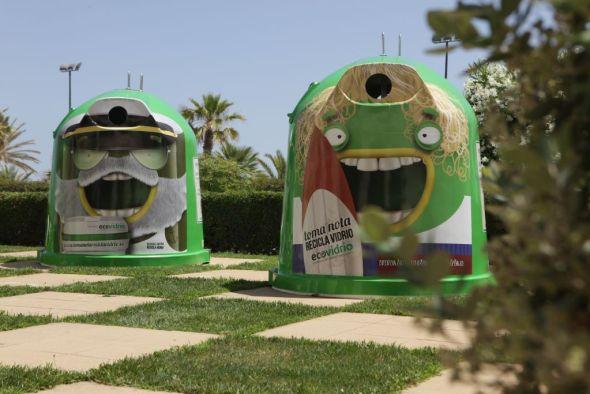 Contenedores para reciclado de vidrio tuneados para la campaña de verano. Foto: Ecovidrio.