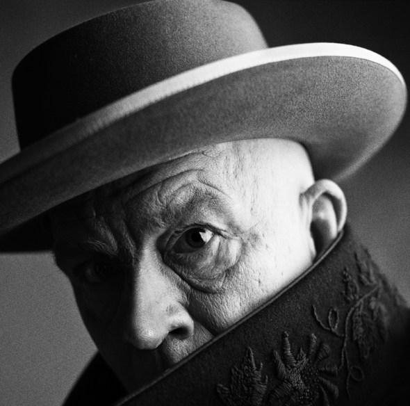 Recreación de la fotografía que Irving Penn realizó a Pablo Picasso en Cannes en 1957. Foto: Sandro Miller.