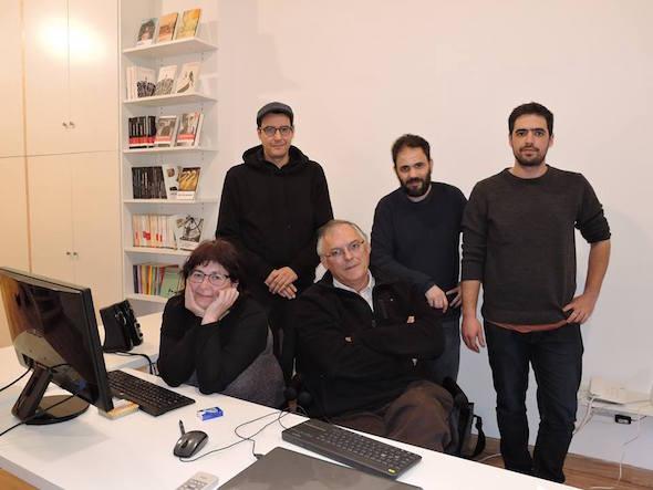 Los miembros de la editorial Candaya al completo con Olga Martínez y Francisco Robles, sentados. Foto: Francesc Fernández.