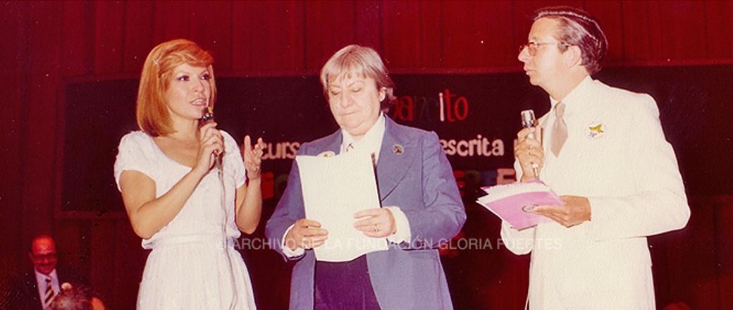 La escritora Gloria Fuertes en el centro.