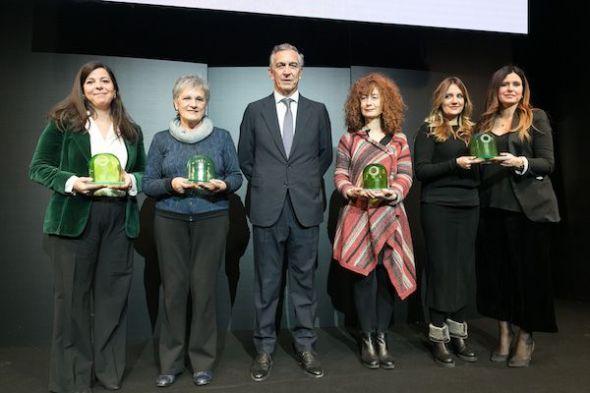 Las galardonadas en los premios de periodismo ambiental de Ecovidrio junto al presidente de la entidad sin ánimo de lucro.