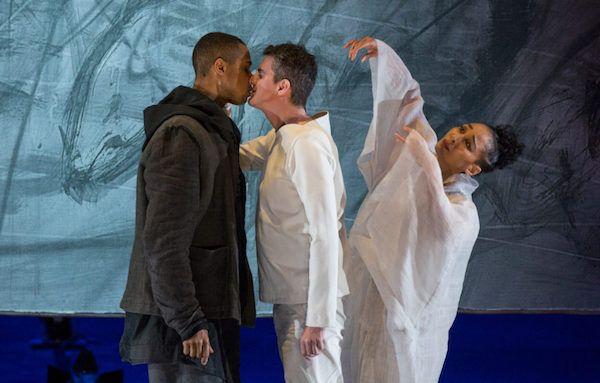 El contratenor Philippe Jaroussky, en el centro, en 'Only The Sound Remains', de Kaija Saariaho con puesta en escena de Peter Sellars. Foto: Elisa Haberer / Ópera de París.