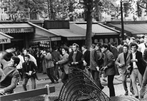 Manifestantes con adoquines en las manos en el Boulevard St. Michel en París en 1968. Foto. Horace. B.