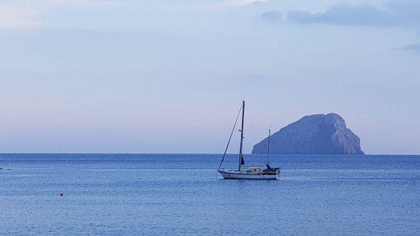 El velero GoOn en Kapsali. Desde el barco, Martha Zein, navegará por el Mediterráneo y nos enviará su diarios.